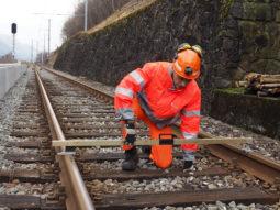 employé tmr répare une rail